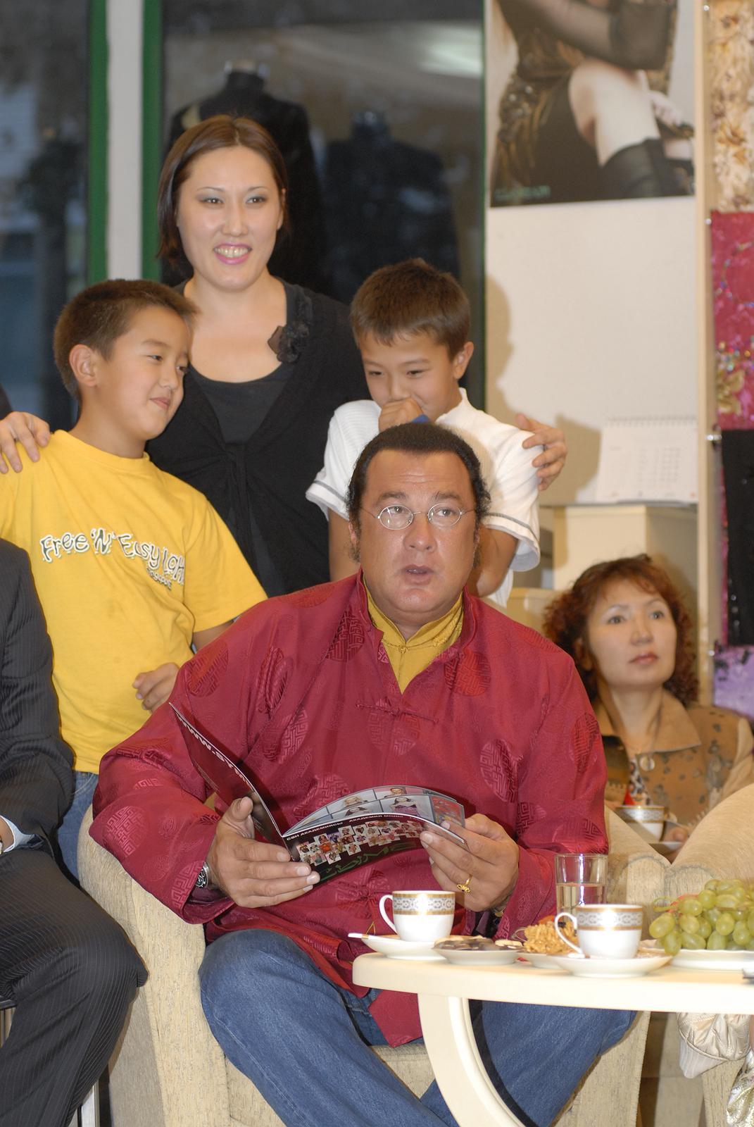 вот стивен сигал и его семья фото они бывают