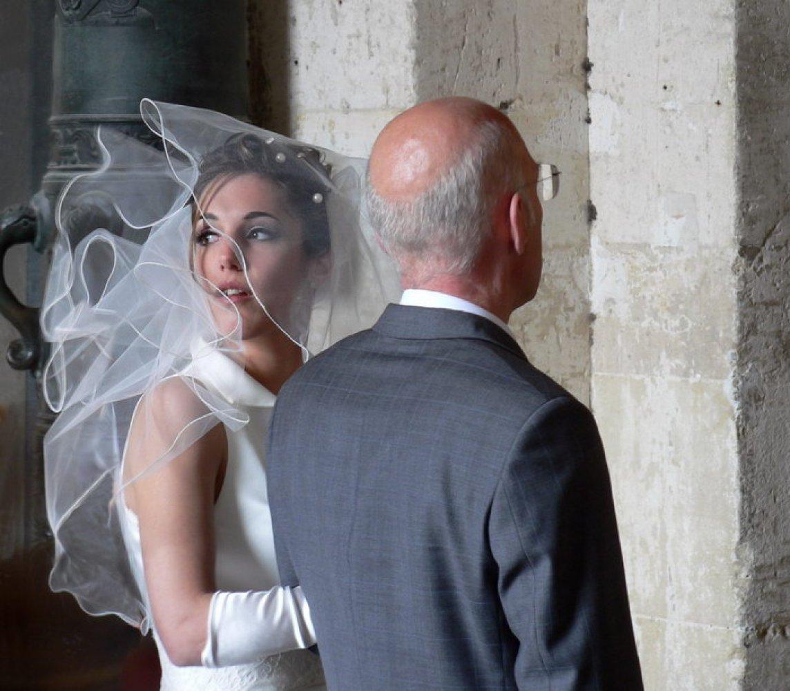 Красивая фигуристая женщина замужем за пожилым джентльменом но ей