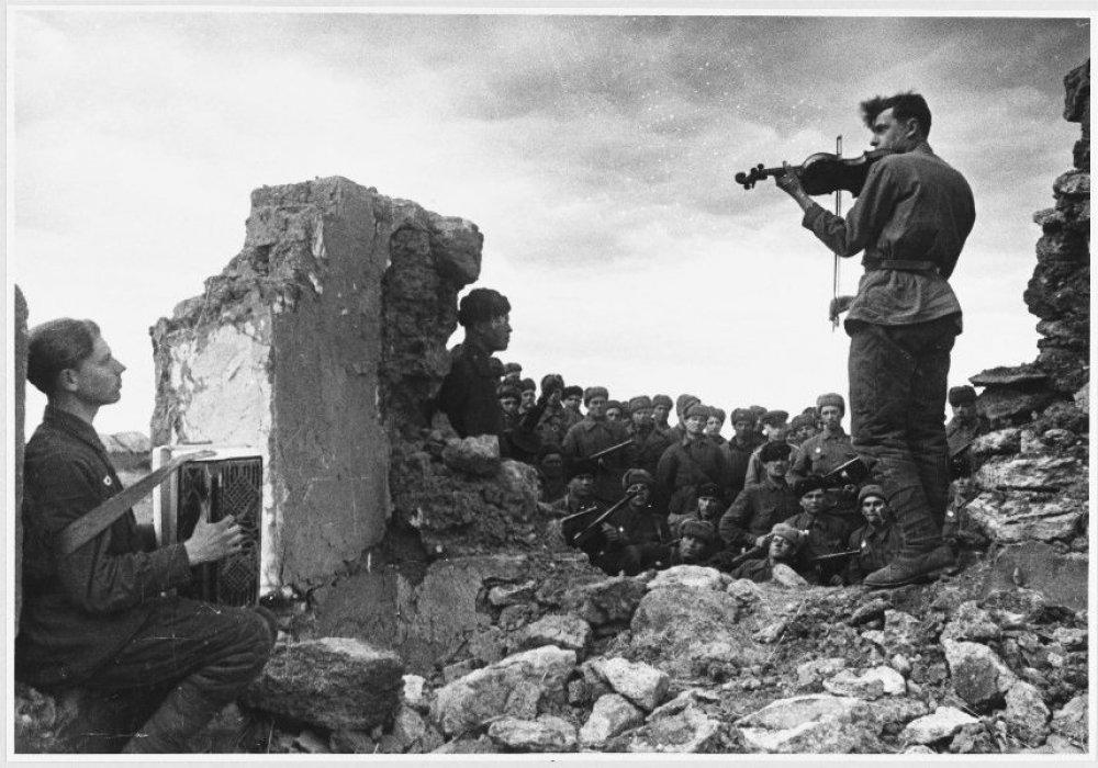 Нелегкая судьба первого скрипача казаха МИКС tengrinews kz Советские солдаты играют на аккордеоне и скрипке на развалинах дома 1943 г од