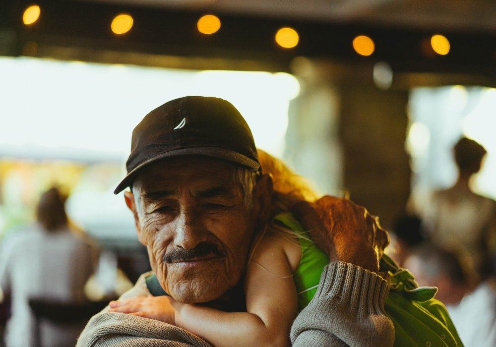 Дед развлекается с девушкой