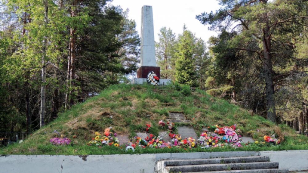 Братская могила вблизи дороги у поселка Кестеньга Лоухского района Карело-Финской АССР